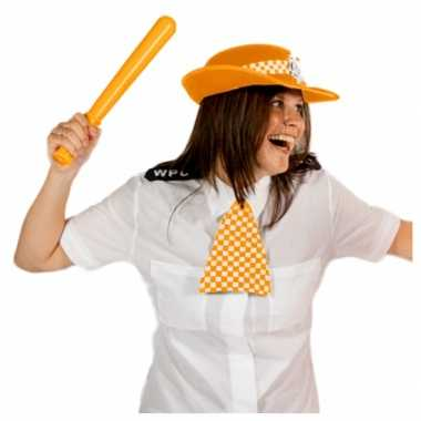 Oranje politie pet en geblokte das